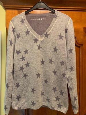 schöner Pullover mit Sternen