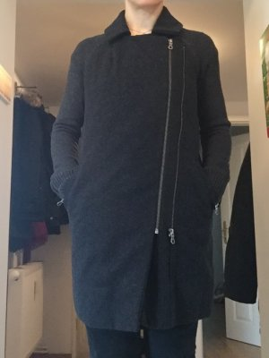 Schöner Strick-Mantel, sowohl für drinnen wie draußen geeignet