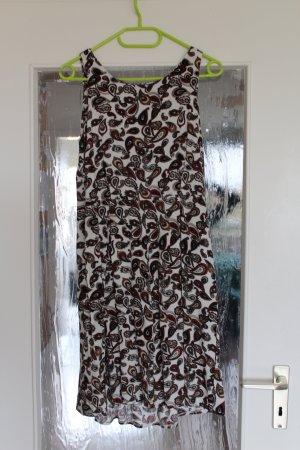 Schönes ärmelloses Sommerkleid