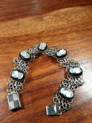 Schönes Armband mit Gemmen, Modeschmuck
