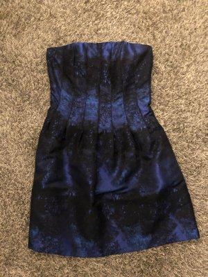 Schönes blau-schwarzes gemustertes Kleid