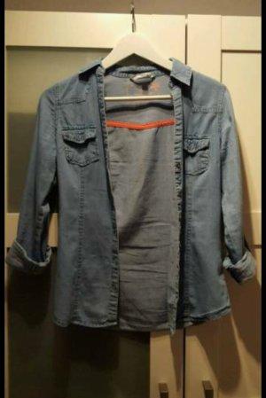 Schönes blaues Jeanshemd
