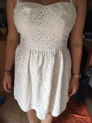 Schönes cremeweißes Kleid