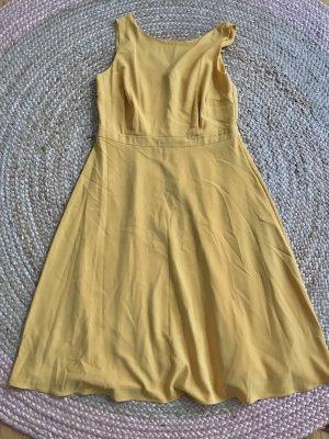 Schönes gelbes Midi-Sommerkleid