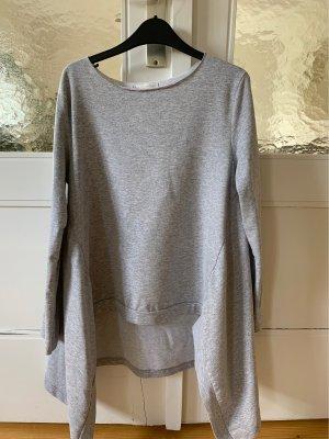 Schönes graues Sweatshirt außergewöhnlich geschnitten