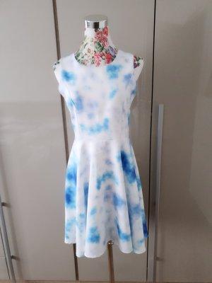 Schönes Kleid im Batik Stil