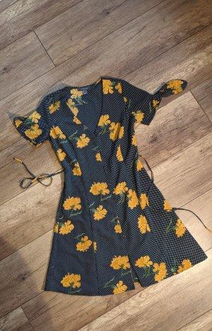 Schönes Kleid mit Blümchen und Gürtel