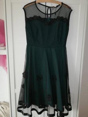 Schönes Kleid mit Blumenapplikation