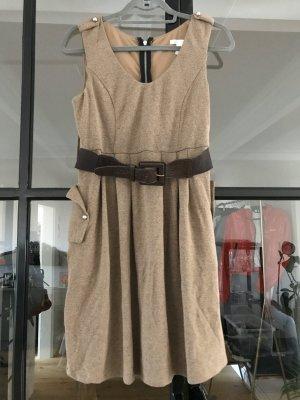 Schönes Kleid mit braunem Gürtel von Charlotte Russe.