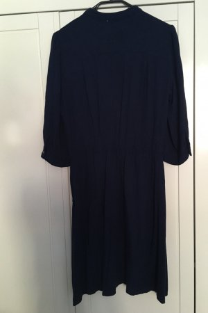 Schönes Kleid mit Knöpfen