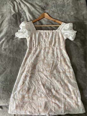 schönes Kleid mit Puffärmeln