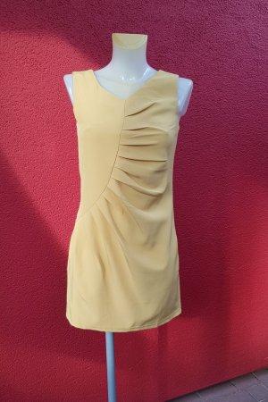 schönes Kleid mit Raffungen