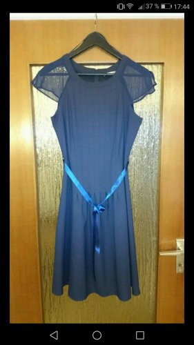 Schönes Kleid mit Schleife