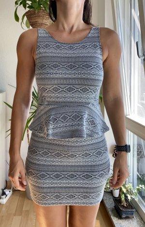 Schönes Kleid mit Schößchen
