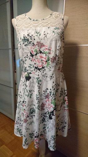 Schönes Kleid mit Spitze am Ausschnitt und ausgestelltem Rockteil