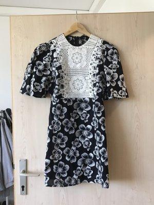 schönes Kleid mit Spitzen- Detail