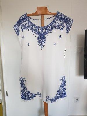 Schönes Kleid mit Stickerei