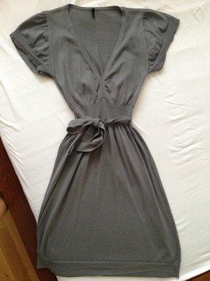 Schönes Kleid von Benetton mit Gürtel, Größe M