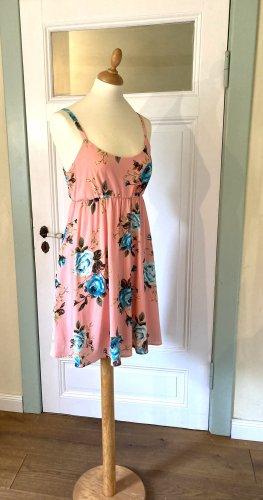 Schönes korallenfarbenes Sommerkleid