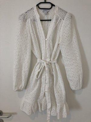 Schönes kurzes weißes Kleid mit Lochstickerei