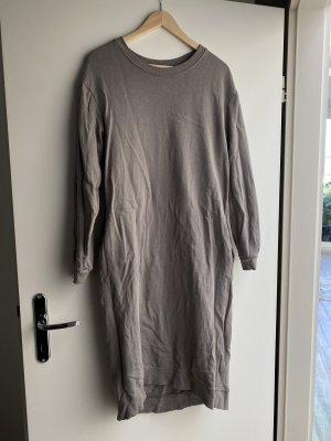 Schönes langes Sweatshirtkleid