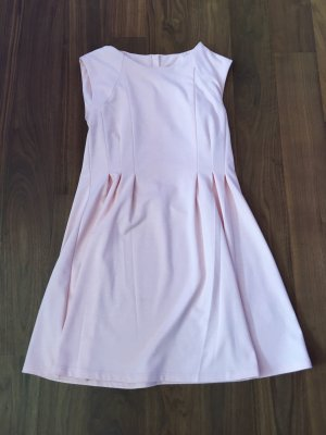 Schönes roséfarbenes Kleid