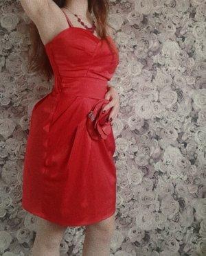 schönes rotes Abendkleid