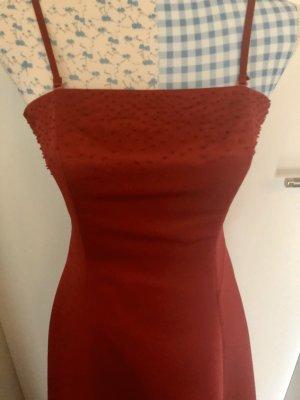 Schönes rotes Abendkleid mit Perlenstickerei