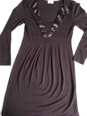 schönes schwarzes Kleid mit Satinband