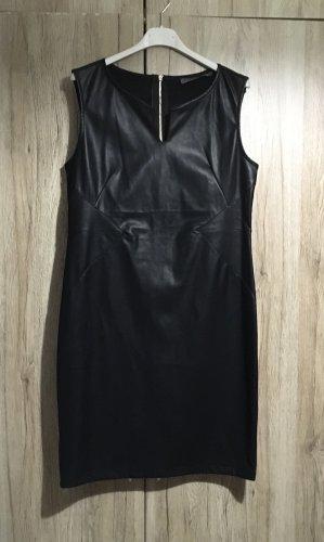 Schönes schwarzes Kunstleder Kleid