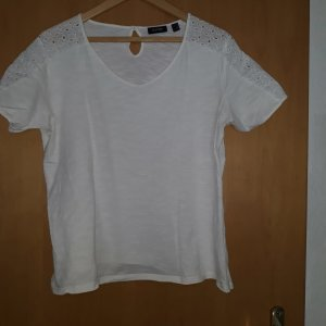 schönes Shirt mit Lochstickerei am Ärmel