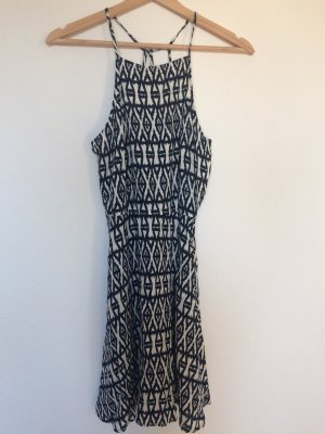 Schönes Sommerkleid mit weiß/blauem Muster