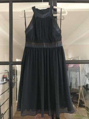 Schönes tailliertes Kleid von Montego in blau.