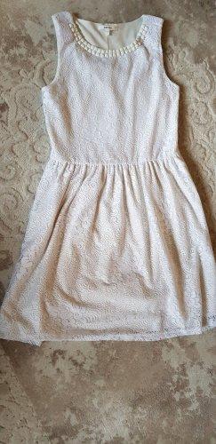 Schönes weißes Kleid im Spitzenstil