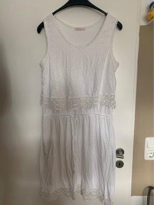 Schönes weißes Sommerkleid