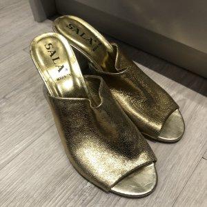 Sandalias con tacón color oro