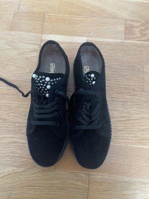 Schuhe aus Samt mit Perlen