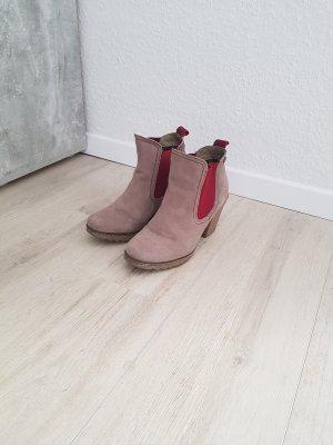 Schuhe in beige mit roten Applikationen
