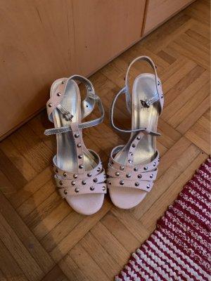 Schuhe mit Absatz und Nieten