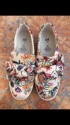 Schuhe mit Blumenmuster