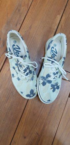 Schuhe mit Blumenprint