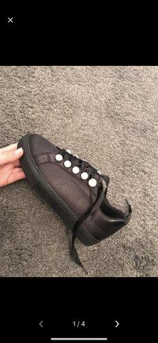 Schuhe mit Perlen