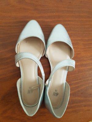 Schuhe mit Schräg verlaufendem Riemen