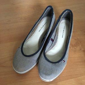 Schuhe von Tommy Hilfiger blau weiß liniert