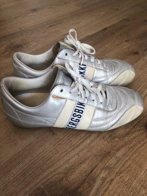 Schuhschrank-Räumung  Sneaker
