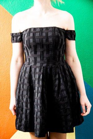Schulterfreies Kleid mit ausgestelltem Rock, fester Stoff von asos