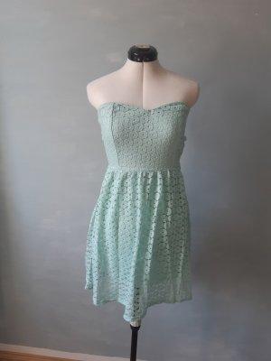 Schulterfreies Kleid mit Rückenausschnitt