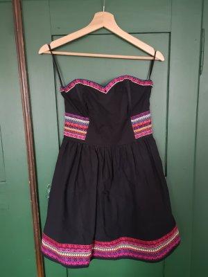Schulterfreies Kleid mit schönen Muster