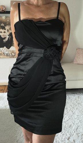 schulterfreies Kleid Satin, das kleine Schwarze