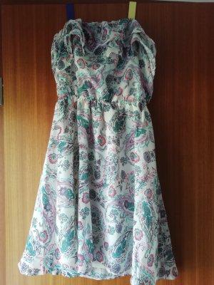 Schulterfreies sowie rückenfreies Kleid